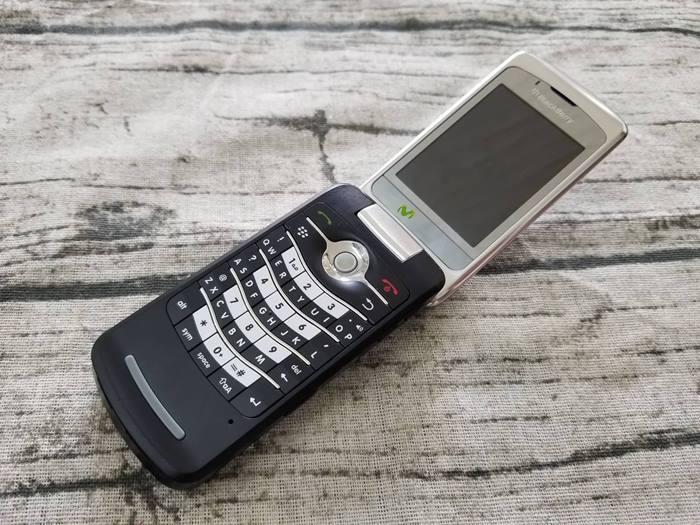 BlackBerry Flip 8220